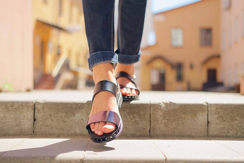 Cuida tus sandalias de piel en verano con unos sencillos tips